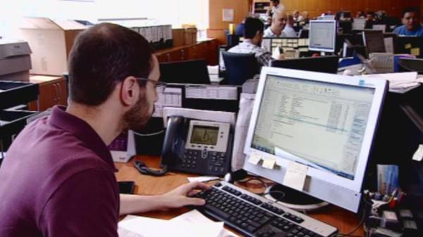 5 نصائح لتفادي مخاطر الجلوس الطويل أمام الكمبيوتر  9744p453